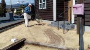芝の管理部長が肥料を撒いてくれています♪